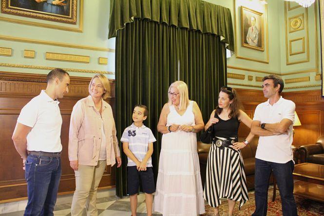 El Ayuntamiento de Motril  reconoce el éxito del campeón de España benjamín de tenis de mesa individual y por equipos