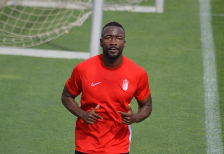 Neyder Lozano realiza carrera contínua sobre el césped de la Ciudad Deportiva (GRJ)