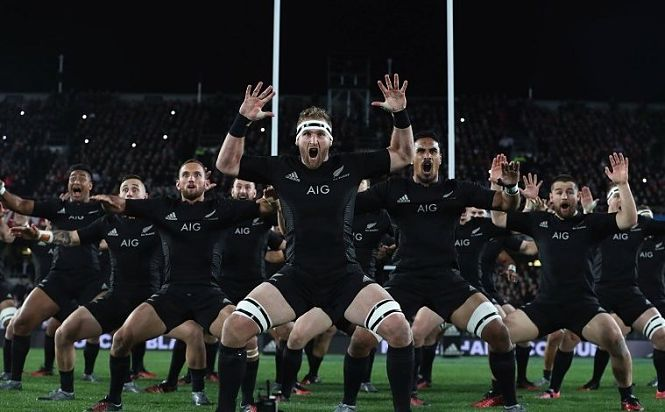 Los All Blacks visitan la Alhambra e interpretan una haka en el Patio de los Leones