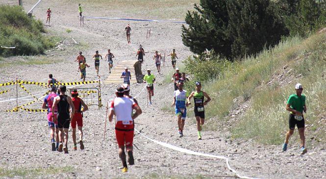 Más de 300 triatletas de toda España participan este domingo en el VIII Triatlón de Sierra Nevada