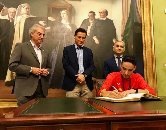 El Ayuntamiento de Granada homenajea a Ignacio Fontes, reciente campeón de España Sub 23 de 1.500