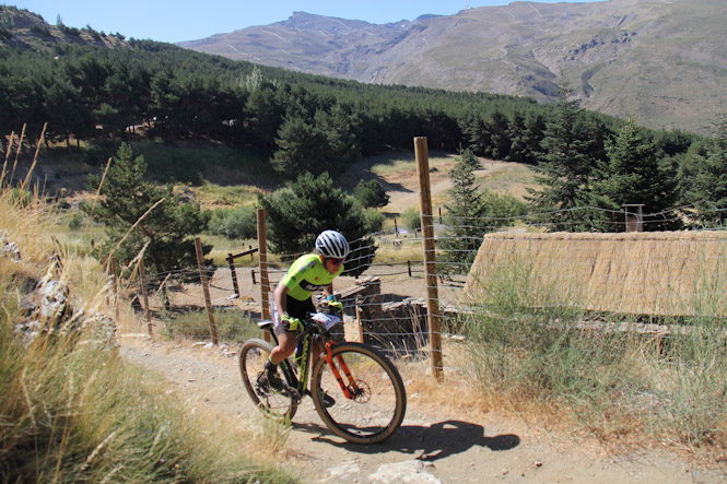 Un centenar de ciclistas de montaña 'recuperan' el circuito de Fuente Alta para la competición