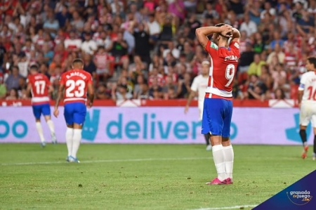 Soldado se lamenta en un lance del partido (J.M. BALDOMERO)