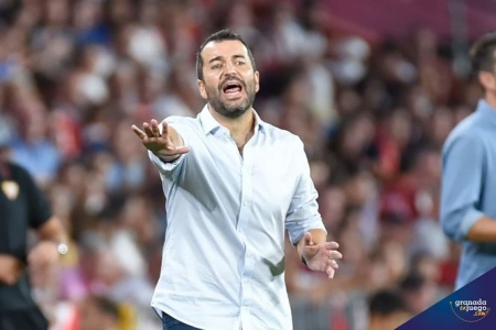Diego Martínez da instrucciones durante el partido (JOSÉ M. BALDOMERO)
