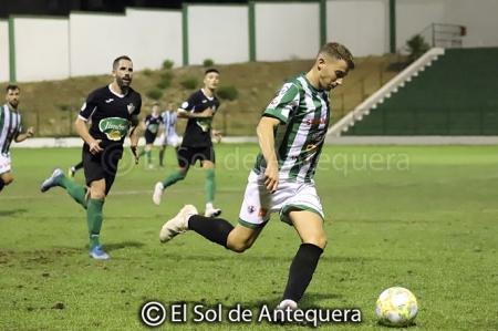 Un jugador del Antequera se dispone a centrar ante la mirada de Miguel Jiménez (EL SOL DE ANTEQUERA)