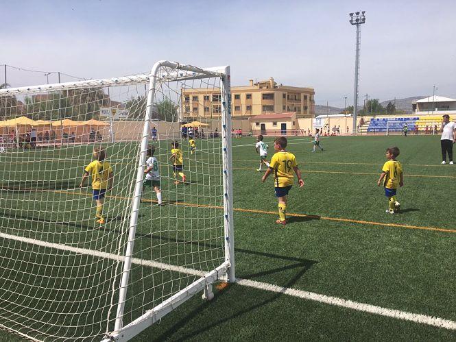400 niños de toda la provincia participan en un torneo de fútbol en Huétor Tájar