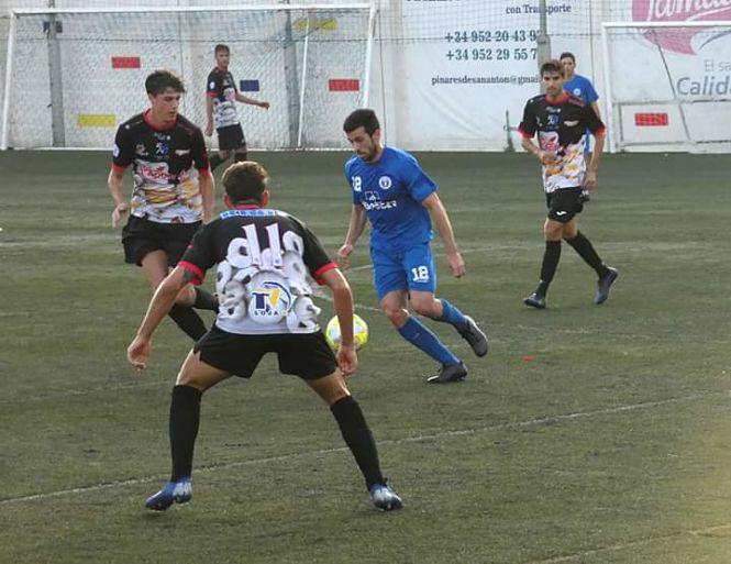 Los errores defensivos castigan al Loja en El Palo, 4-2
