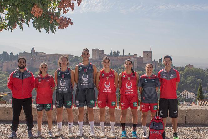 Hafesa Raca luce su nueva equipación de 'leonas' en el Albaicín