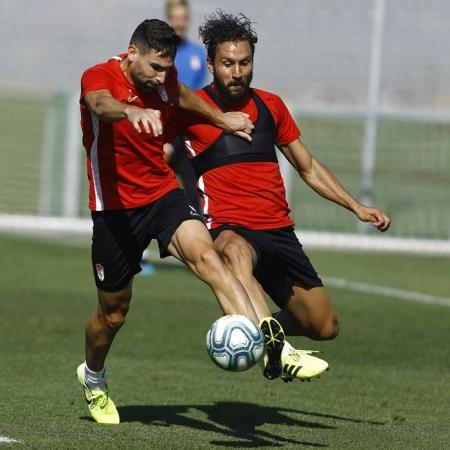 Antonio Puertas pugna con Germán en un entrenamiento (GRANADA CF)