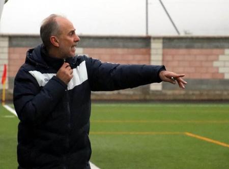 Matías Ramírez, entrenador del At. Monachil, en el encuentro ante el Iznalloz (MANU LÓPEZ)