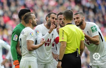Los jugadores del Granada CF piden explicaciones al colegiado por el polémico penalti señalado (LA LIGA)