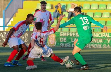 Guadix y Atarfe disputaron un intenso derbi (ENCARNI QUESADA)