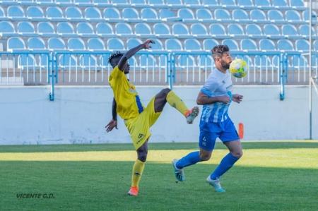 Javi Gadea saca el balón en el partido ante el Agroisa Huétor Tájar (VICENTE GARCÍA / CF MOTRIL)