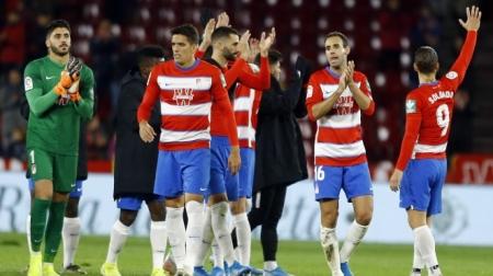 Martínez, en primer plano, al término de un partido de esta temporada (GRANADA CF)