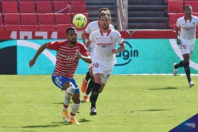 Yangel Herrera pelea un balón ante la mirada de Rakitc (JOSÉ M. BALDOMERO)