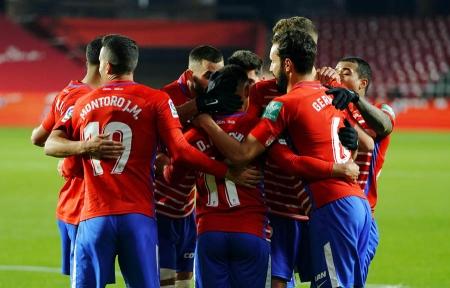 Los jugadores del Granada CF celebran el primer tanto de Luis Suárez (LALIGA)