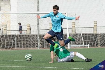 Un jugador del Villacarrillo salta sobre un jugador atarfeño (JOSÉ M. BALDOMERO)